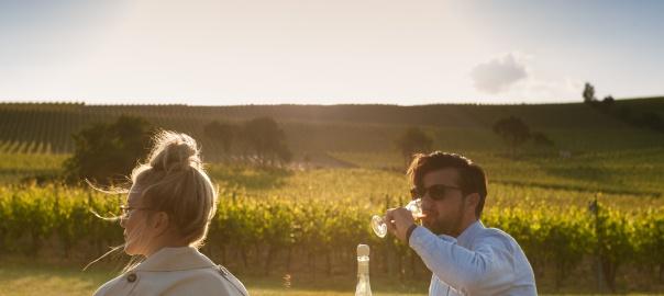 Weinfestbesucher beim Sektgenuss
